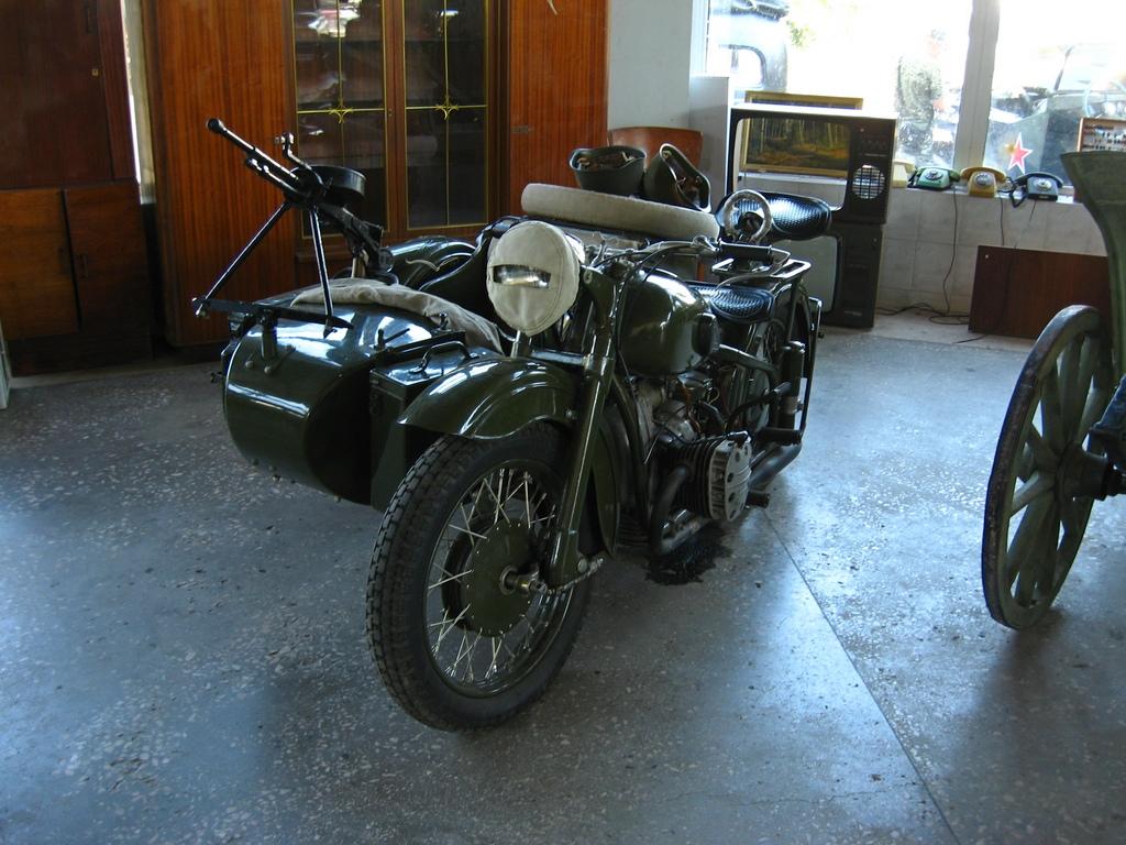 Мотоцикл, припаркований збоку кімнати