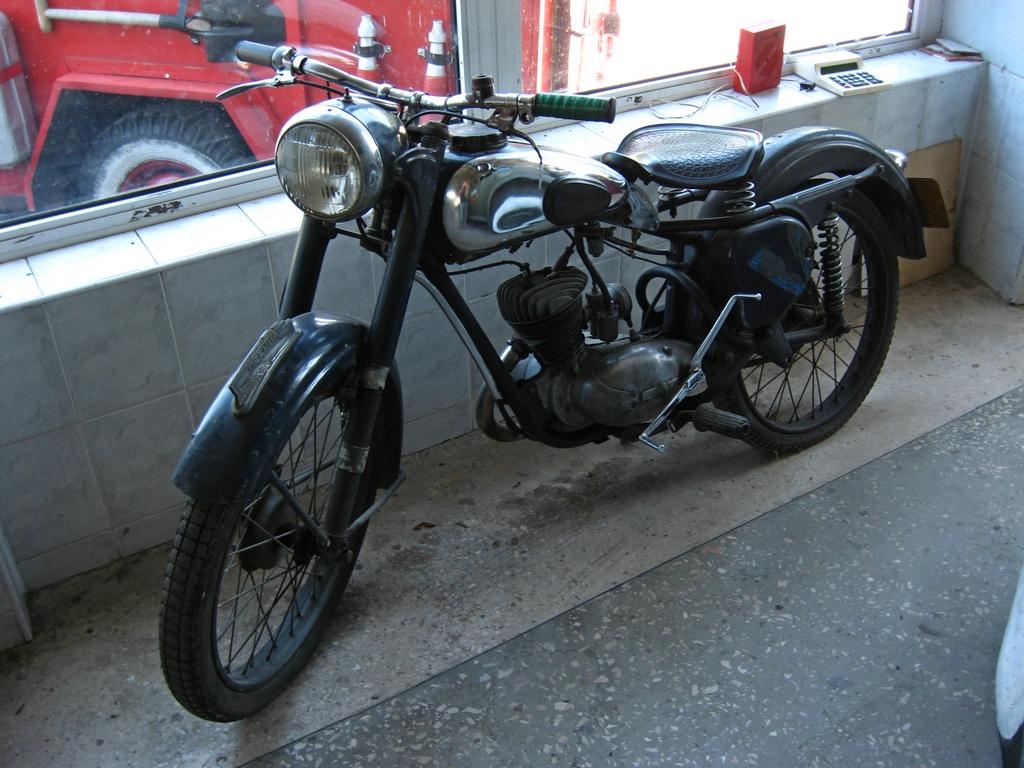 Мотоцикл, припаркований на боці будівлі