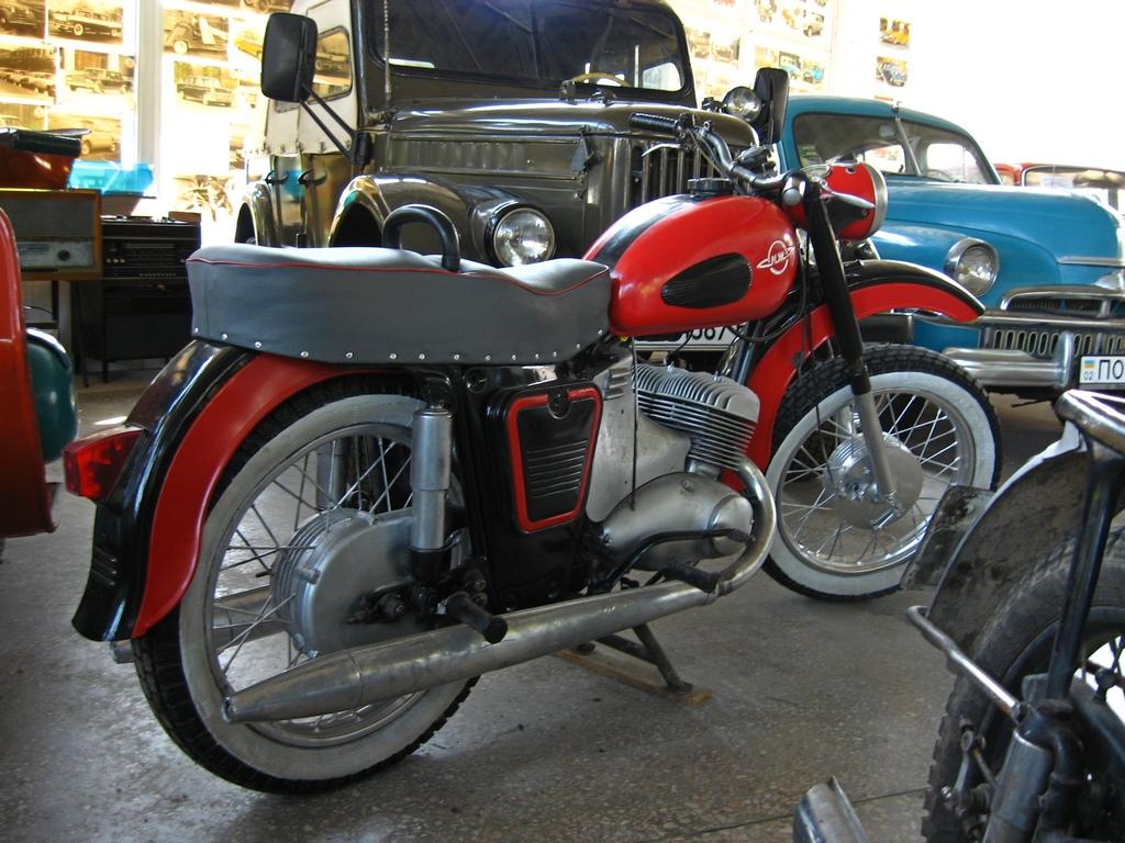 Мотоцикл, припаркований на стоянці