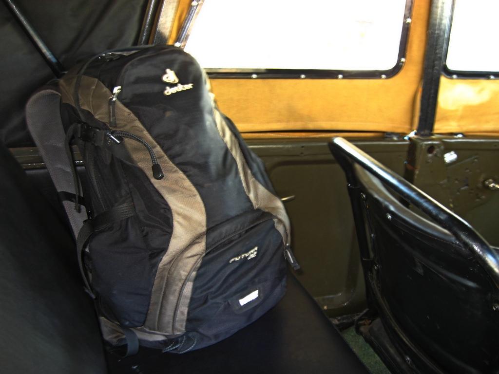Купа багажу, що сидить на вершині валізу