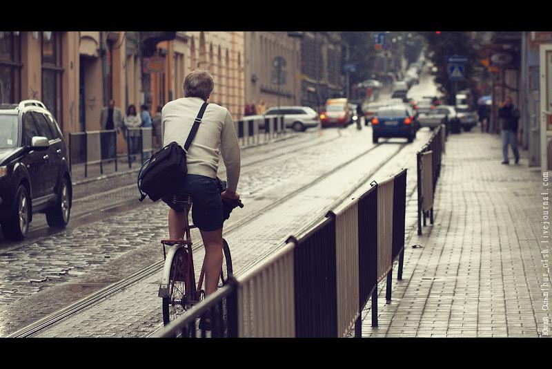 Людина йде по вулиці