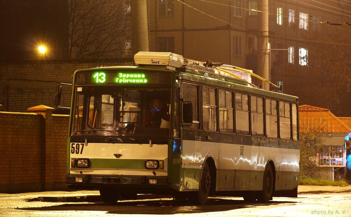Автобус, що сидить на боці будівлі