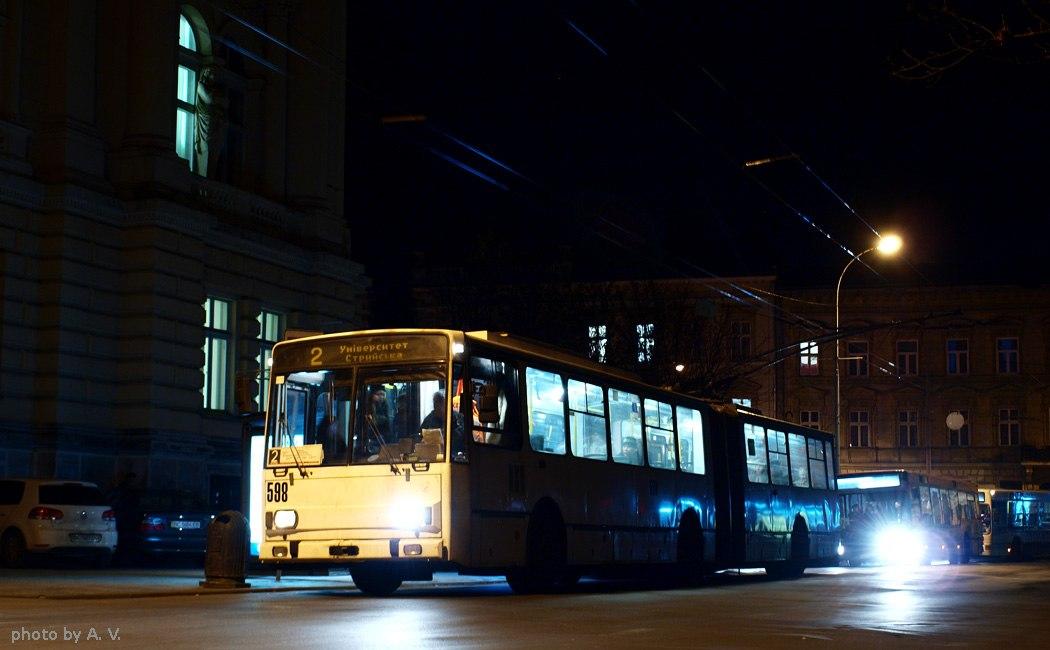 Автобус на міській вулиці вночі