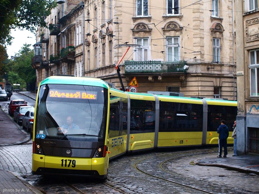 Громадський транзитний автобус на міській вулиці