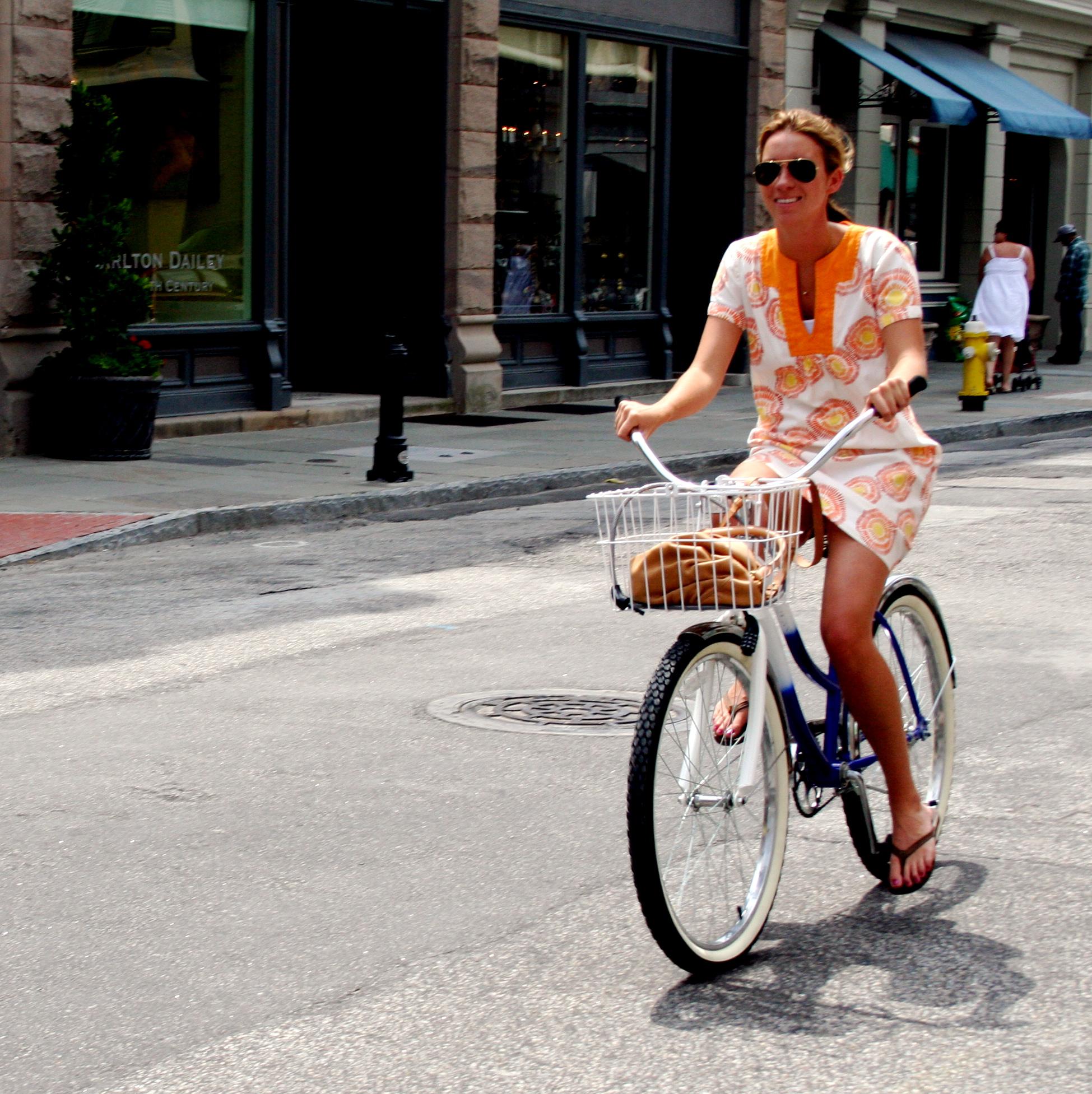 Особа, яка їде на велосипеді по міській вулиці
