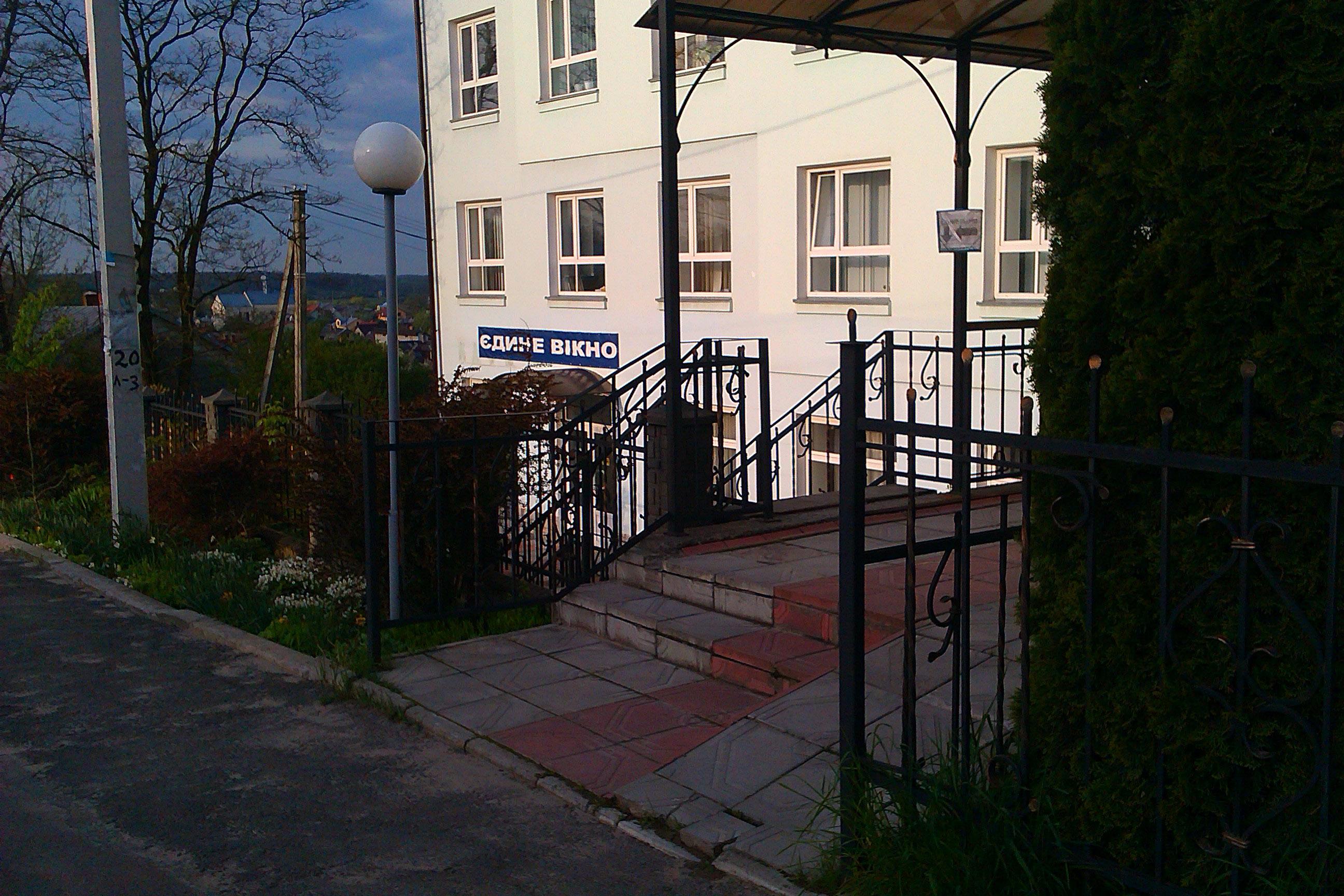 Будинок, який має знак на розі вулиці