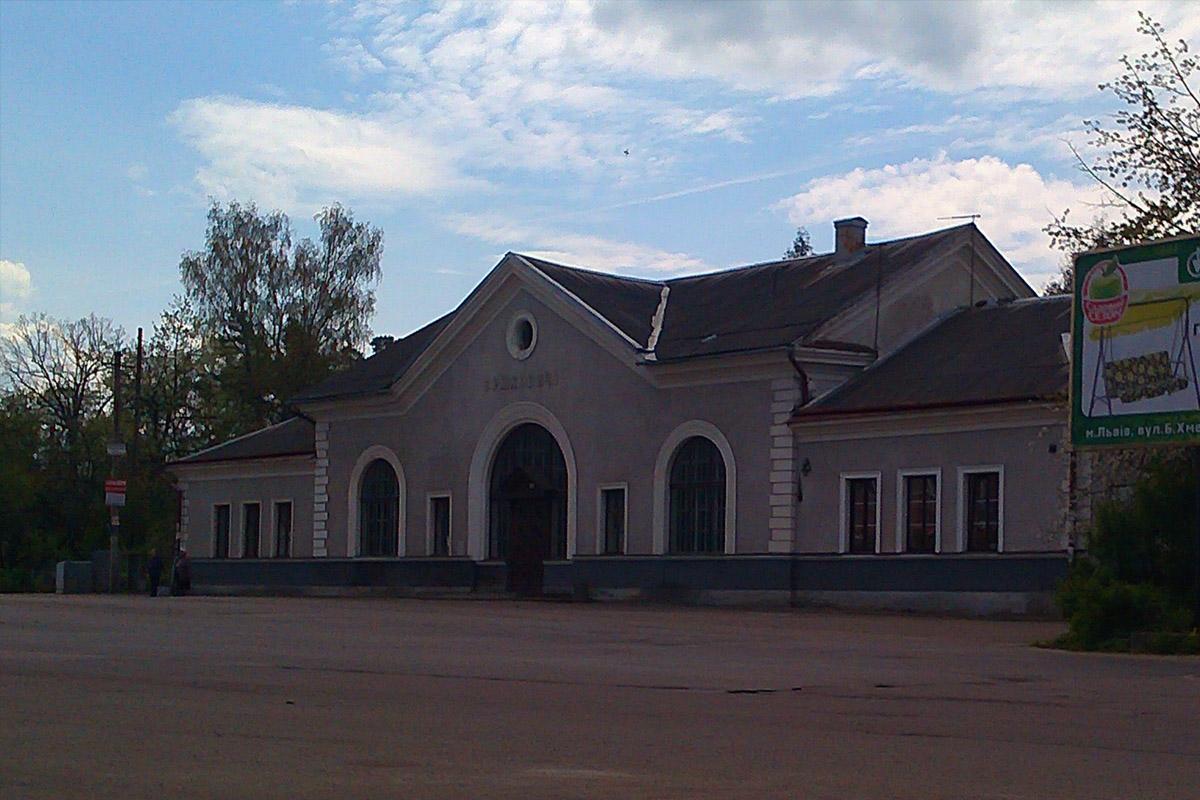 Будинок, який має знак на узбіччі дороги