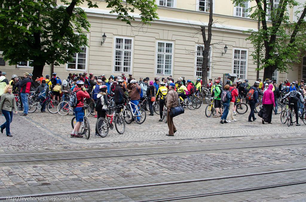 Група людей, що йдуть по вулиці