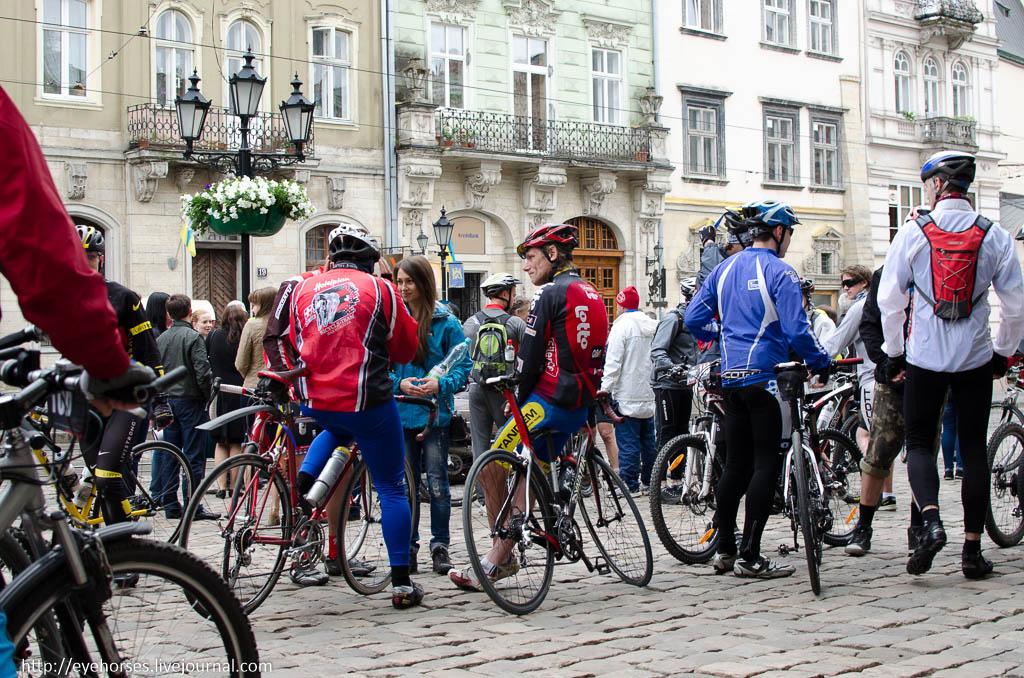 Група людей, які їдуть на задній частині велосипеда