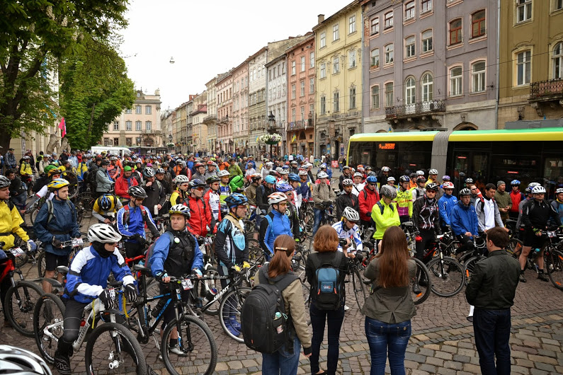 Група людей, що верхи на велосипедах на міській вулиці