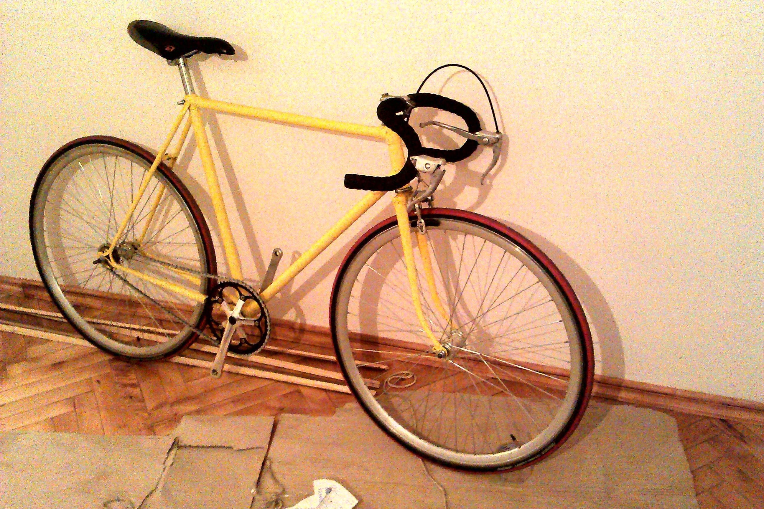 Велосипед, спираючись на стіну