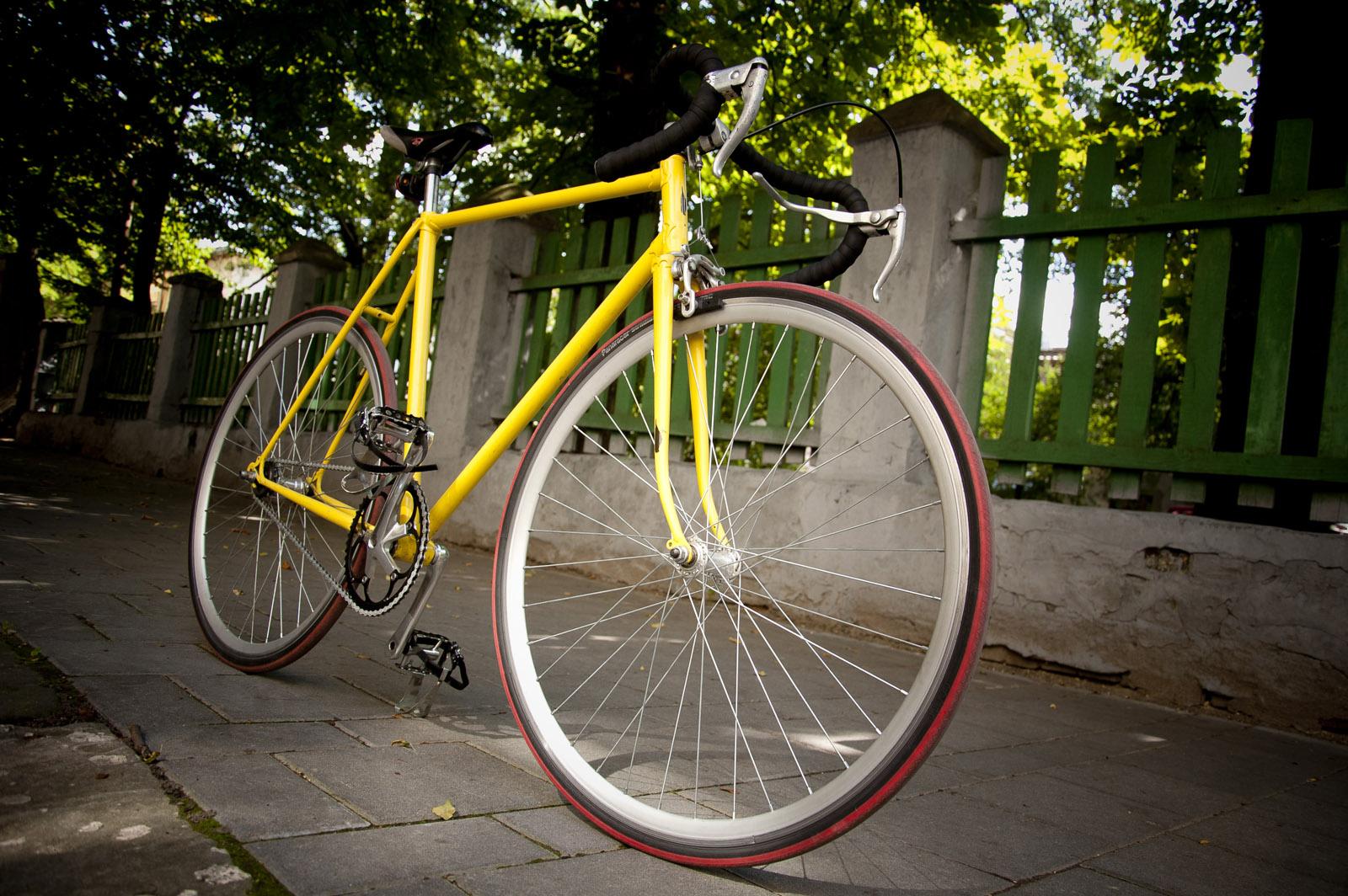 Велосипед, припаркований на тротуарі