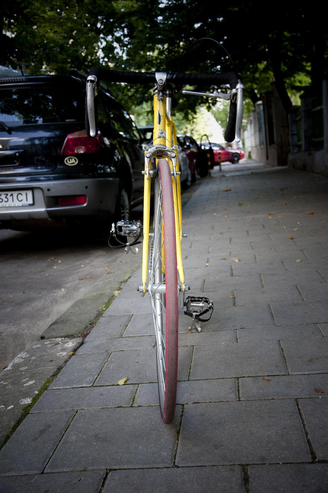 Автомобіль, припаркований на тротуарі