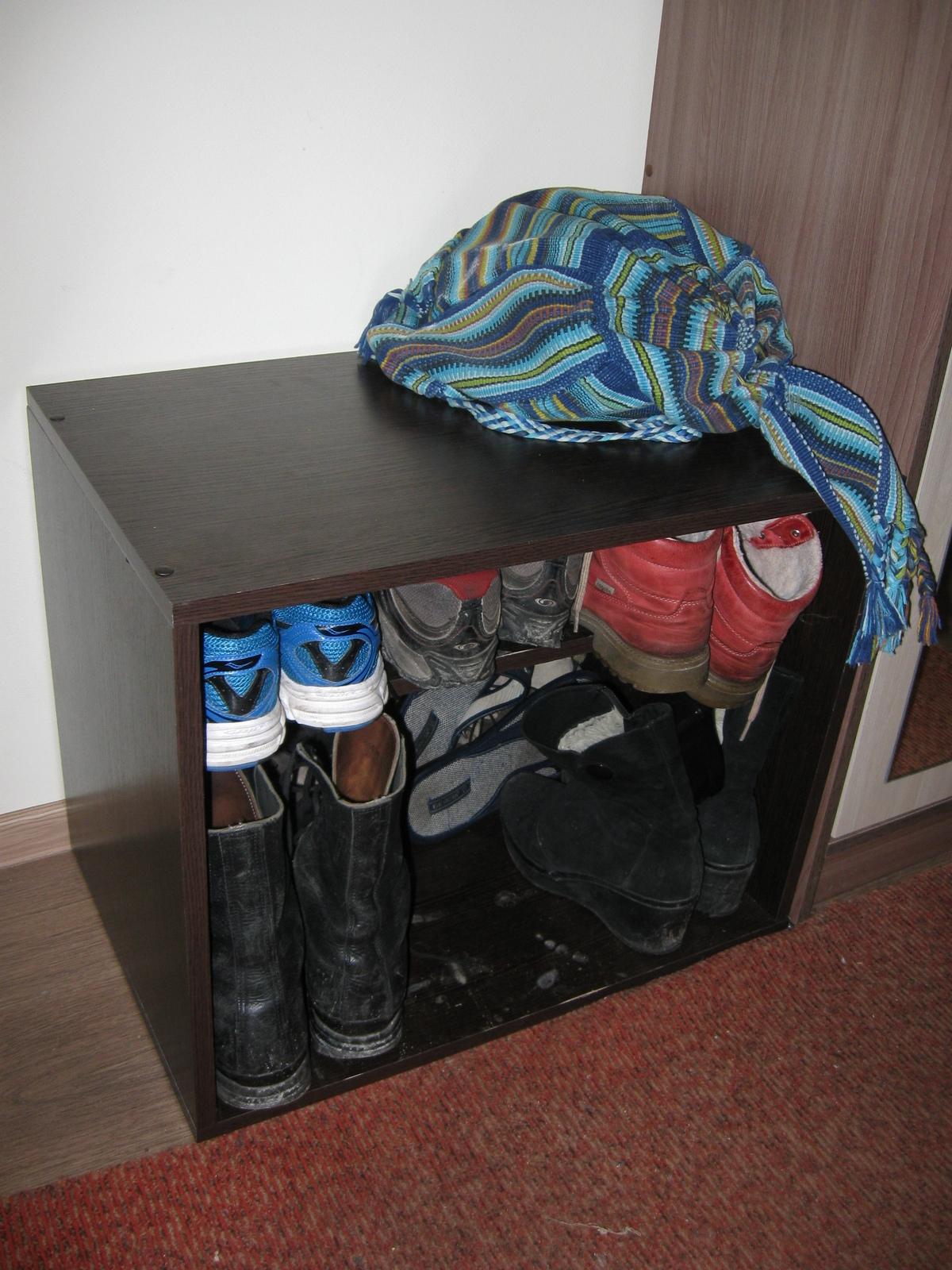 Саморобна тумбочка для взуття із ДСП