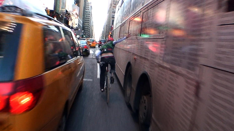 Автобус, який їхав по вулиці