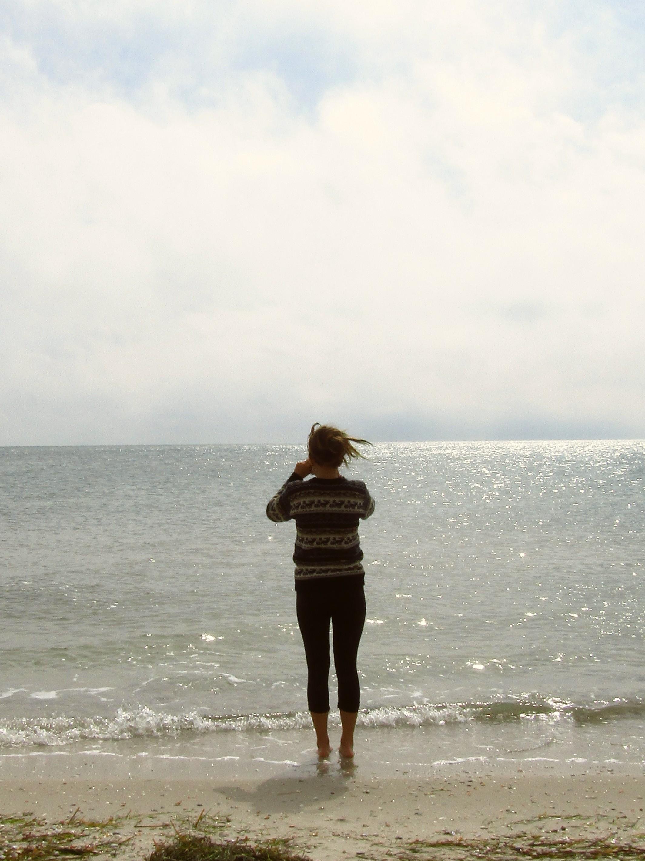 Особа, що стоїть на пляжі