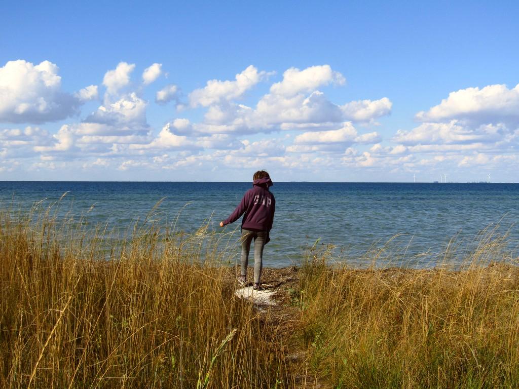 Чоловік, що стояв поруч із водоймою