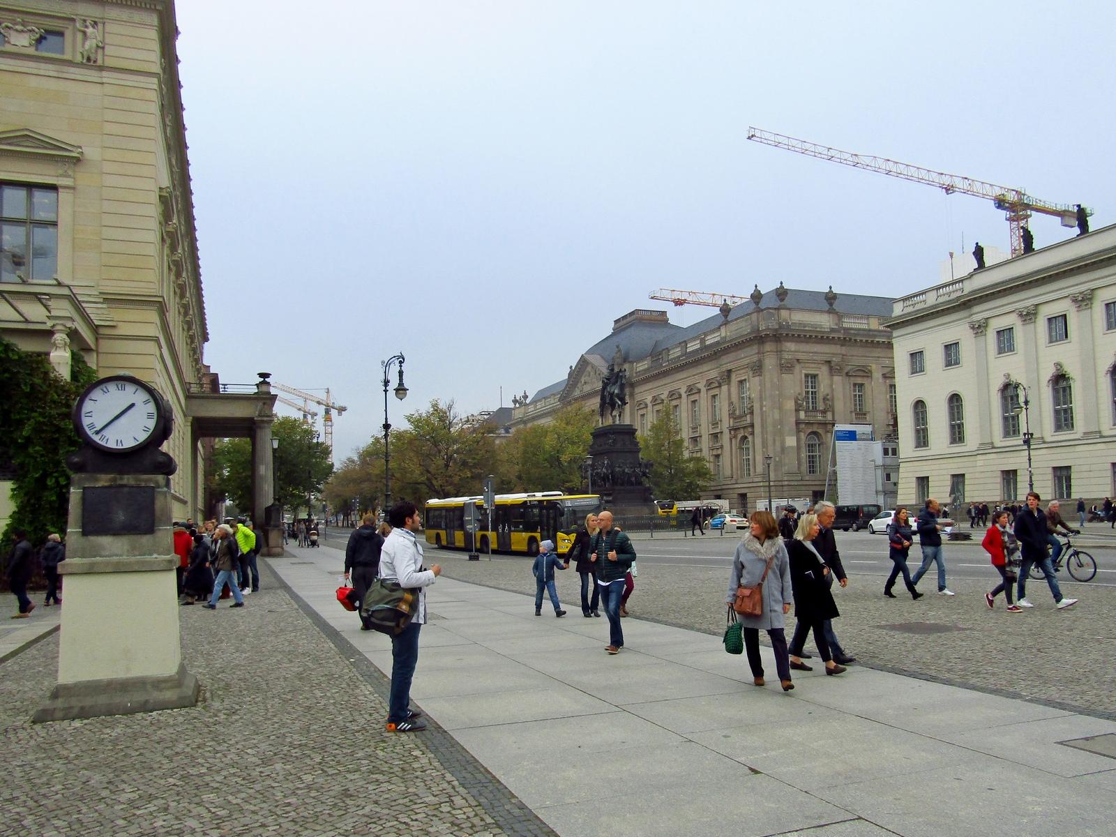 Група людей, що йдуть перед будівлею