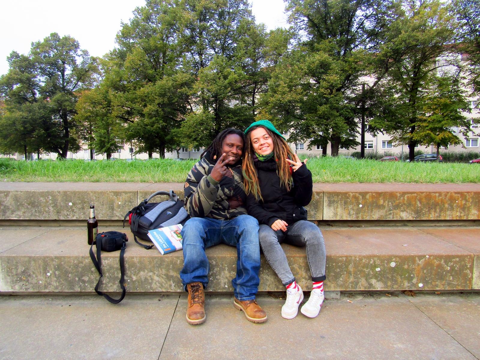 Чоловік і жінка, що сидять на лавці в парку