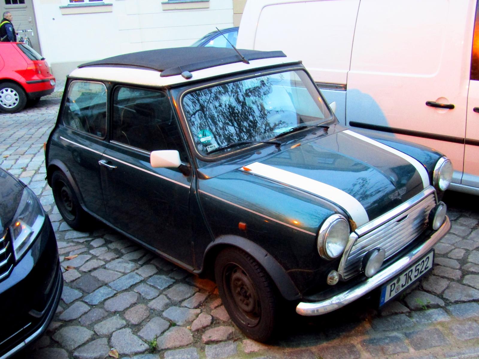 Автомобіль, припаркований на стоянці