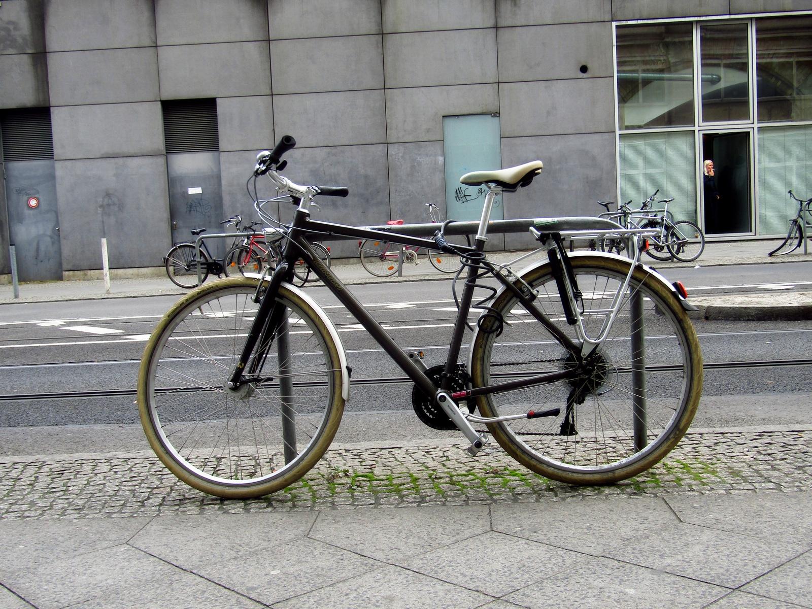 Велосипед, припаркований збоку будівлі
