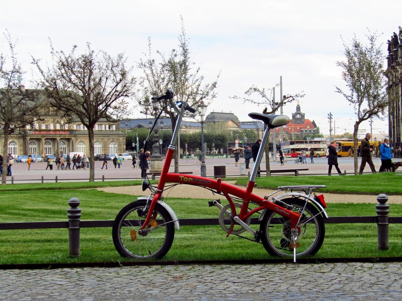 Велосипед, припаркований у парку