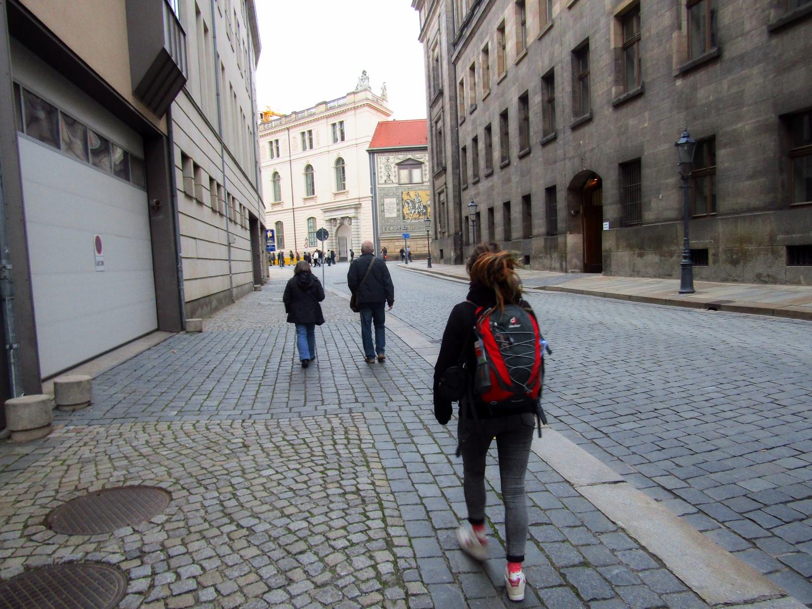 Особа, що йшов тротуар в місті