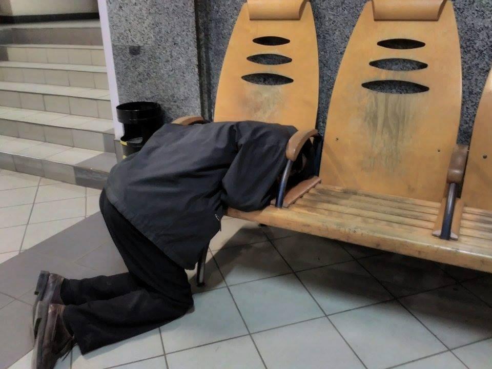 Божм спить на вокзалі в Ковелі