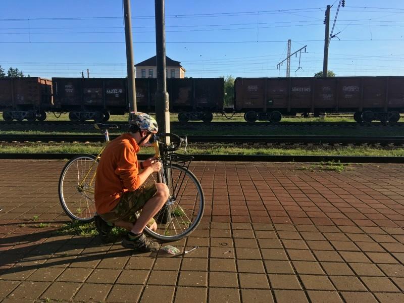 Особа, що стоїть поруч з велосипедом