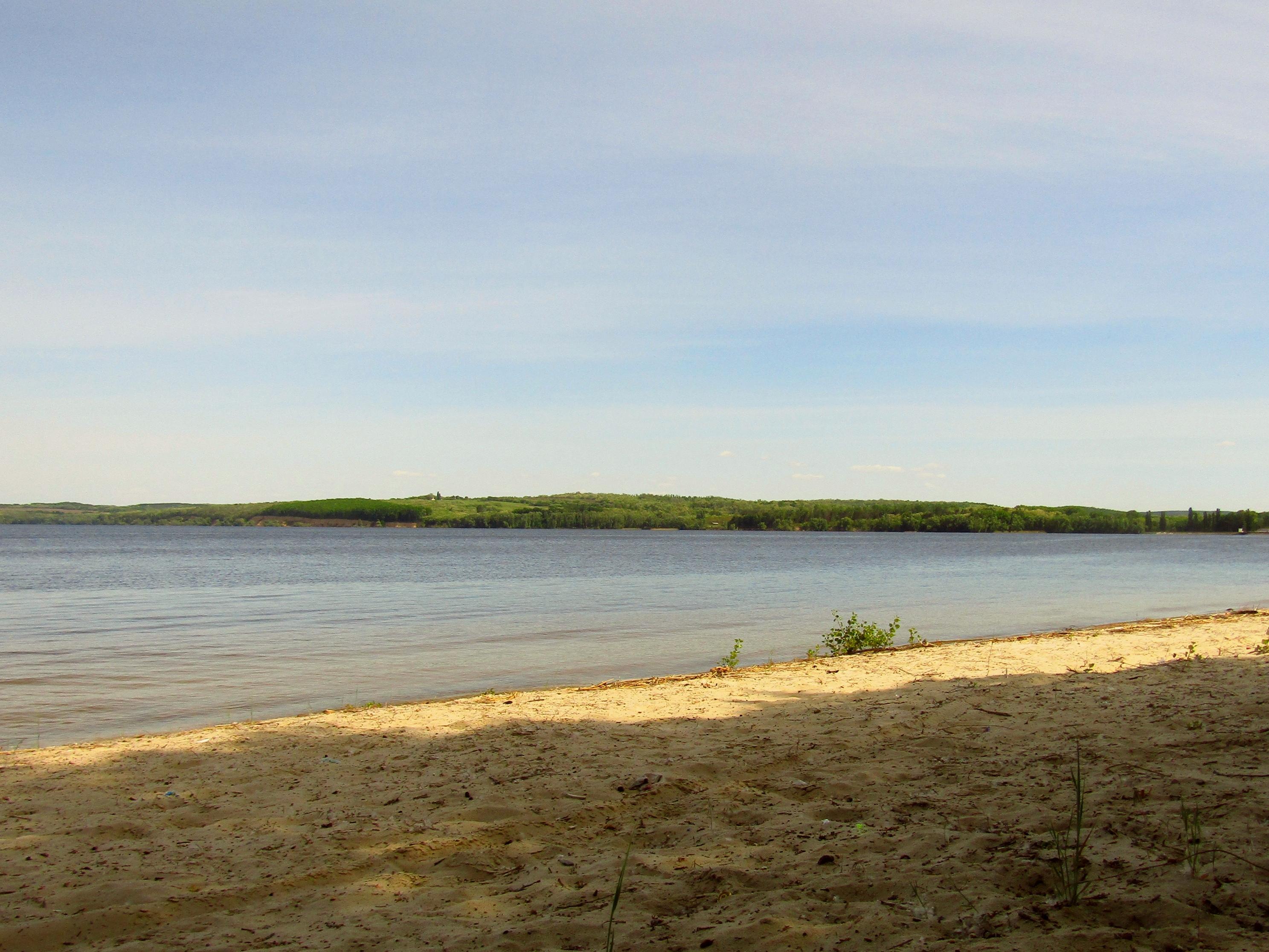 Піщаний пляж поруч з водоймою