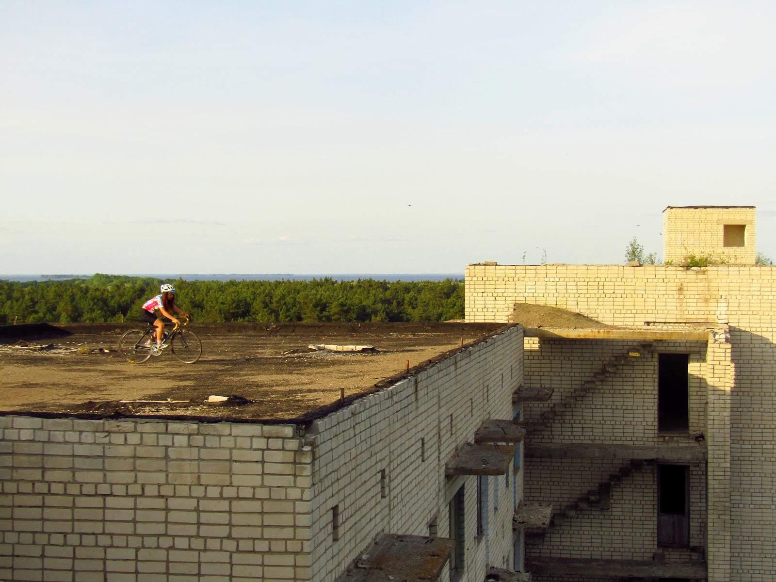 Катаємось на даху покинутого будинку в Орбіті