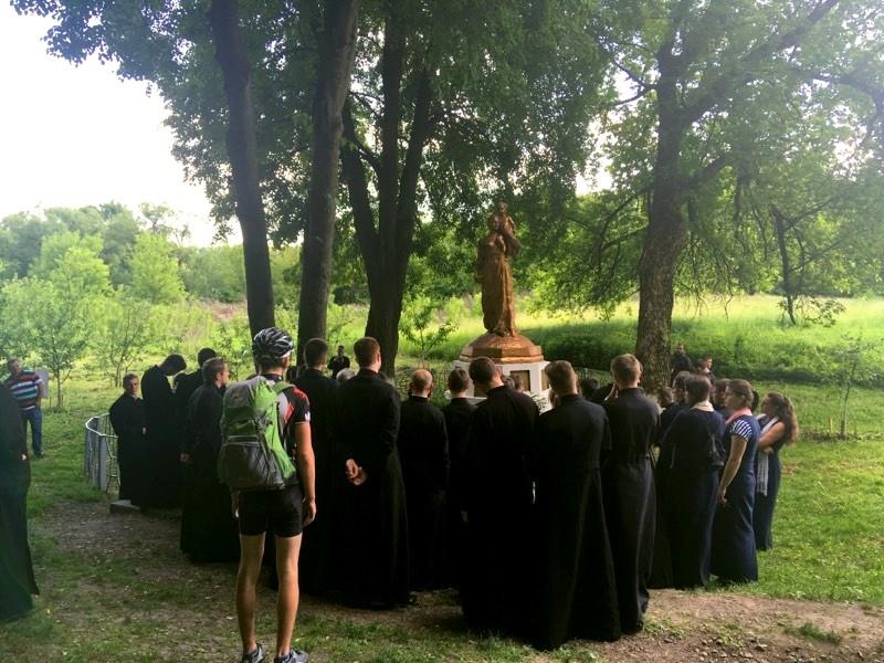 Група людей, що стояли біля дерева