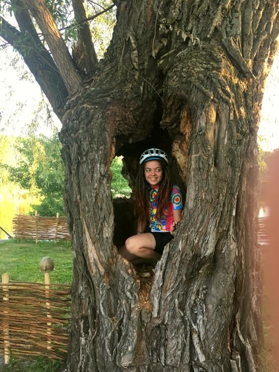 Особа, що стоїть перед деревом