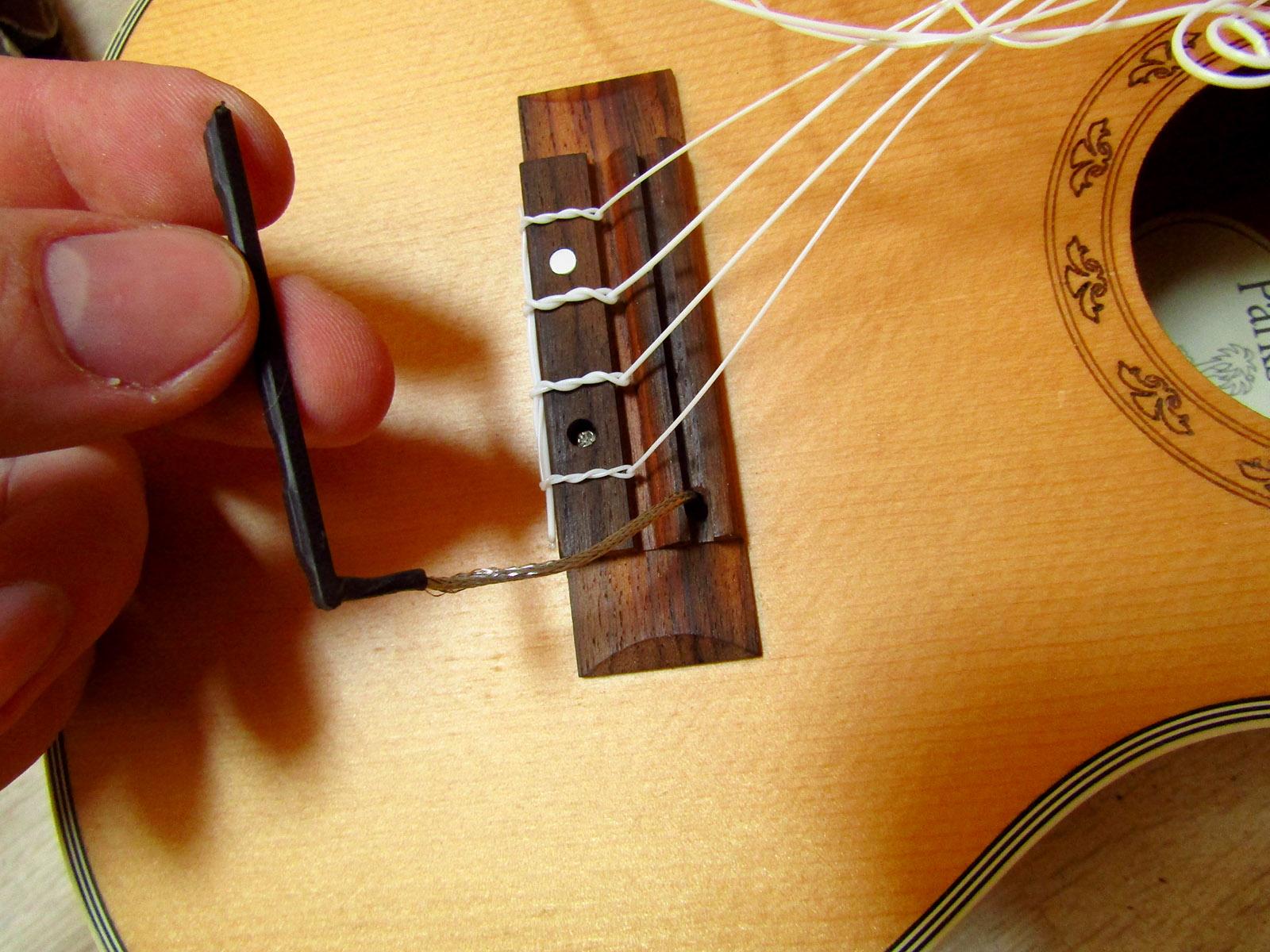Як поставити звукознімач на укулеле