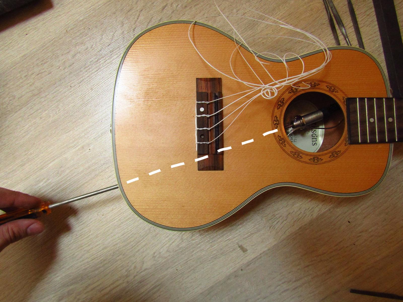 Коричнева гітара на дерев'яному столі