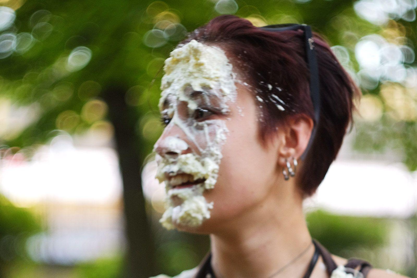 Лице після кидка тортом