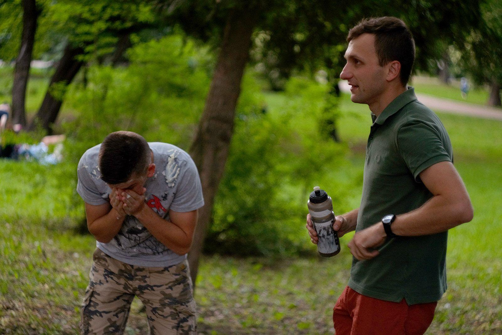 Чоловік тримає фрісбі в парку