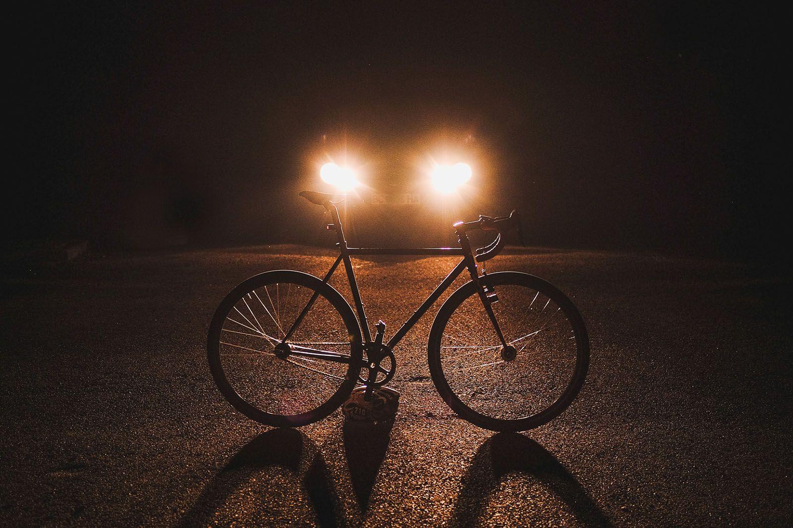 Велосипед, припаркований на узбіччі дороги