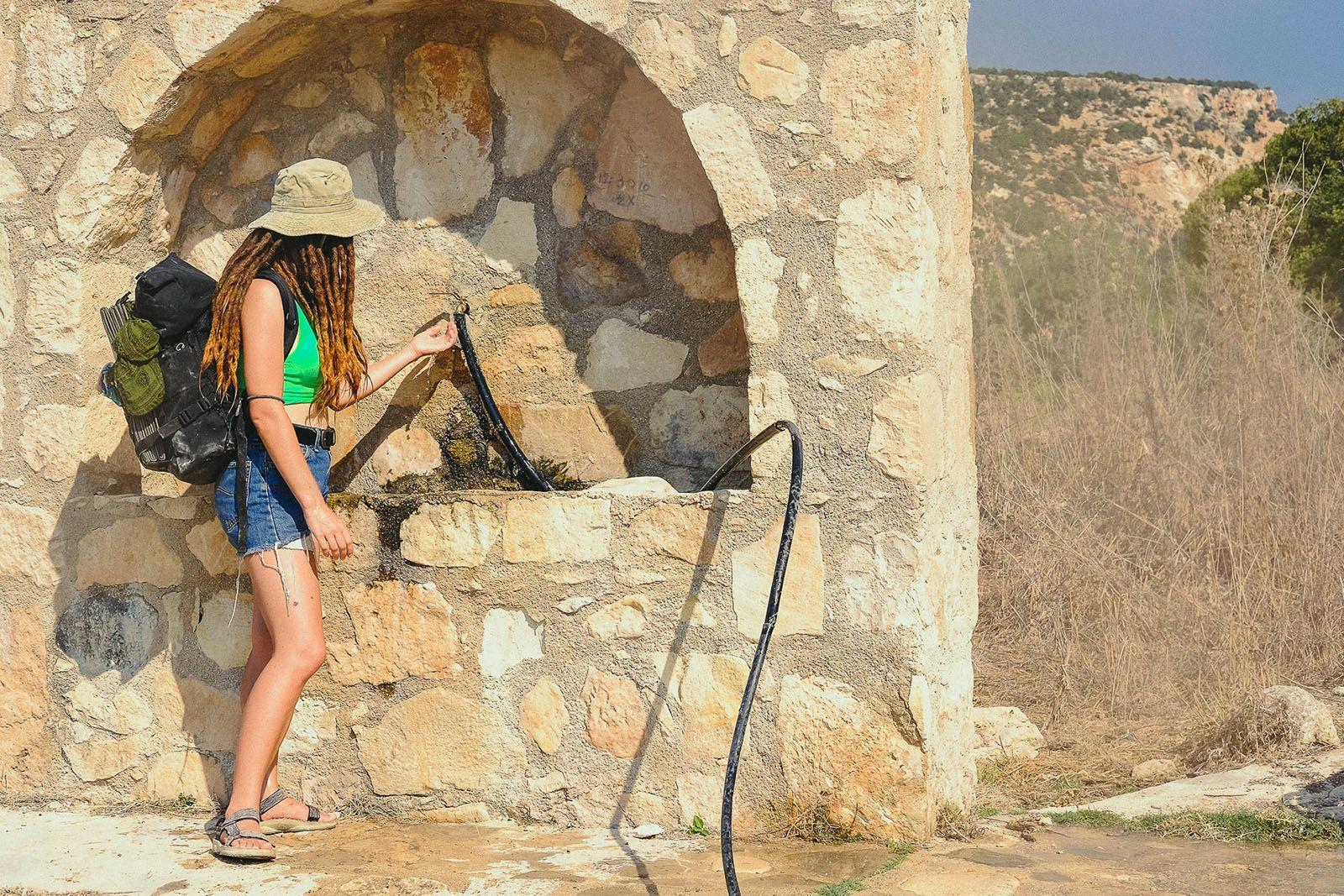 Особа, що стоїть на скелі