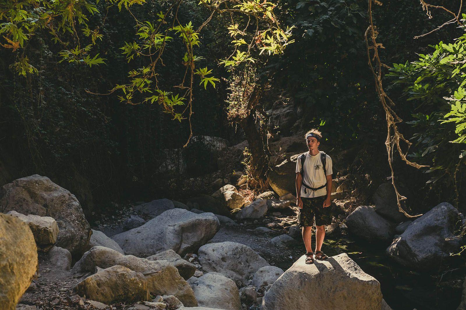Чоловік, що стояв на скелі