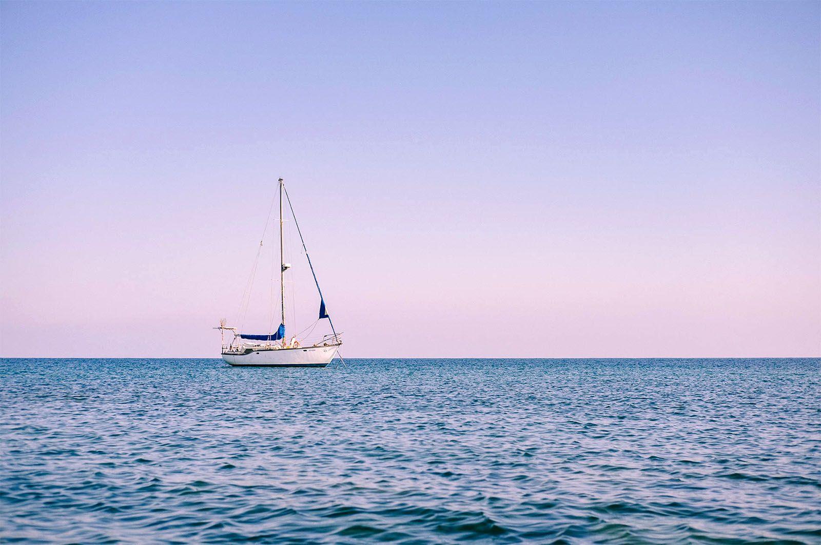 Вітрильник в морі поблизу Пафоса