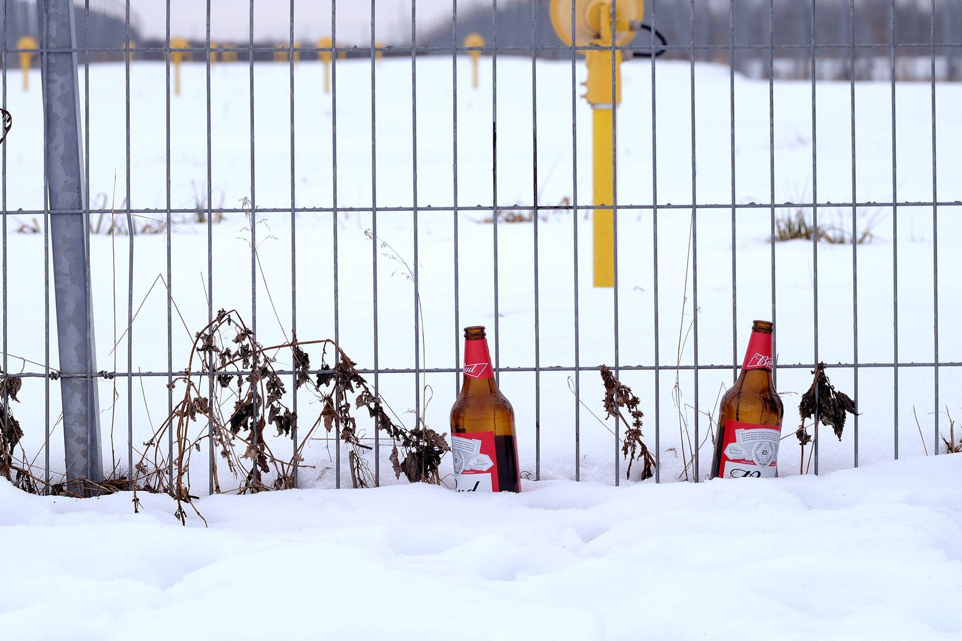 Група людей, які стоять у снігу