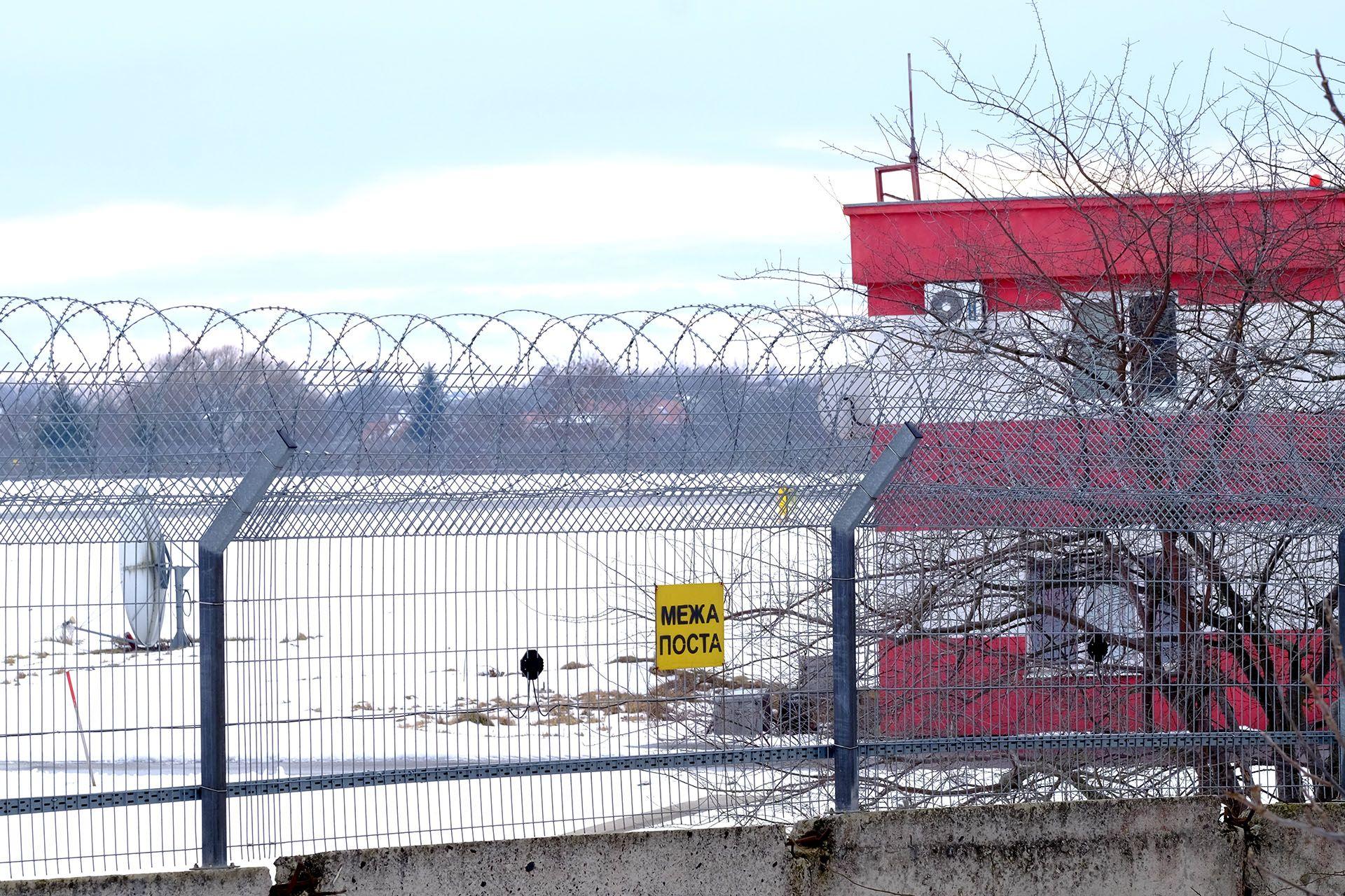 Ворота перед будівлею