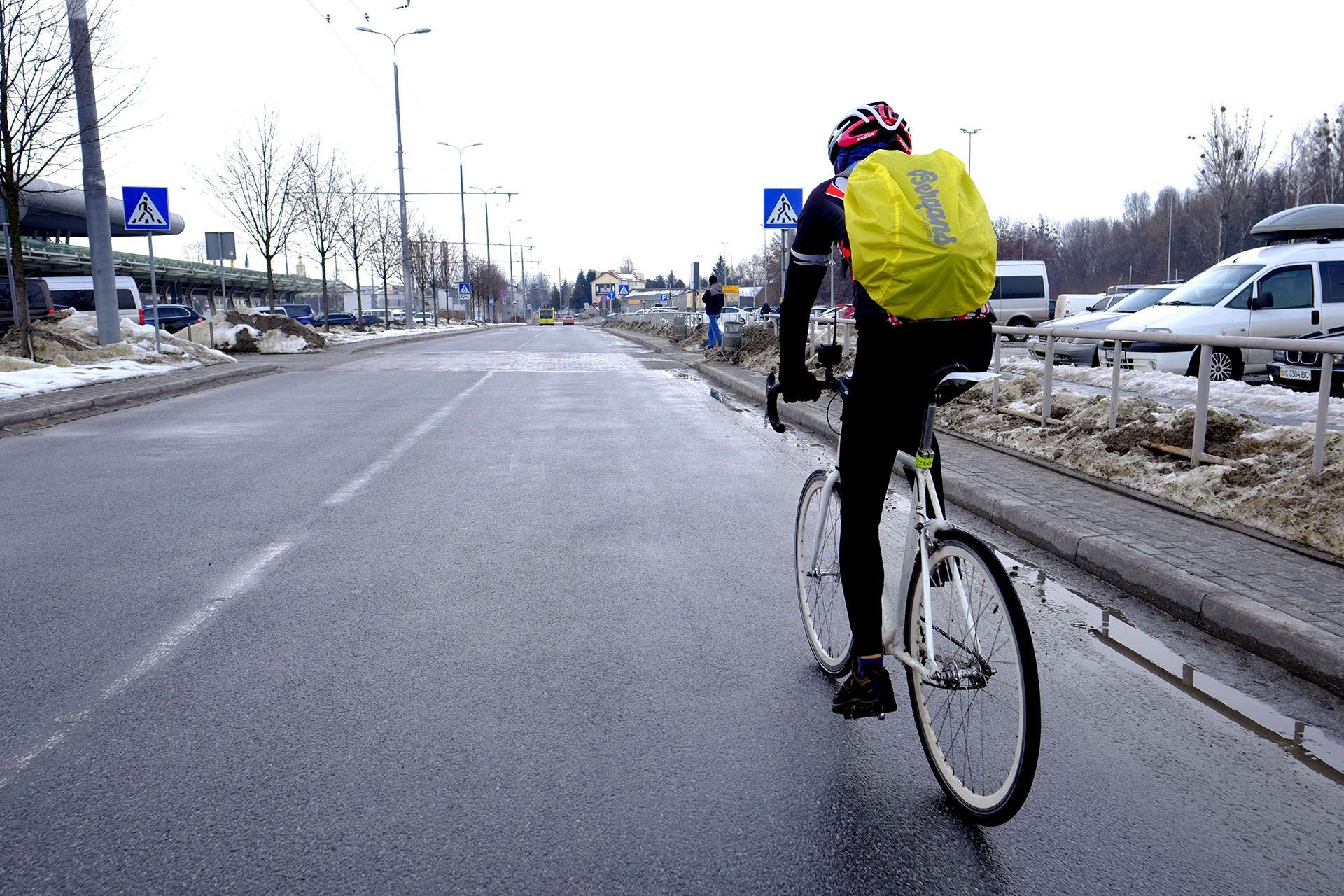 Людина їзда на велосипеді по вулиці