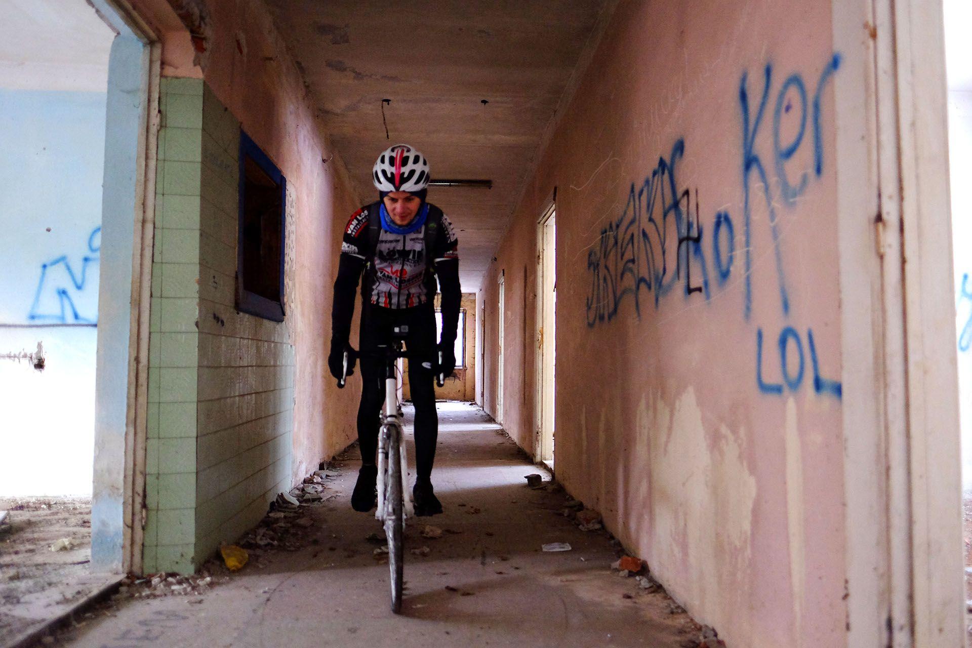 Людина з графіті на боці будівлі