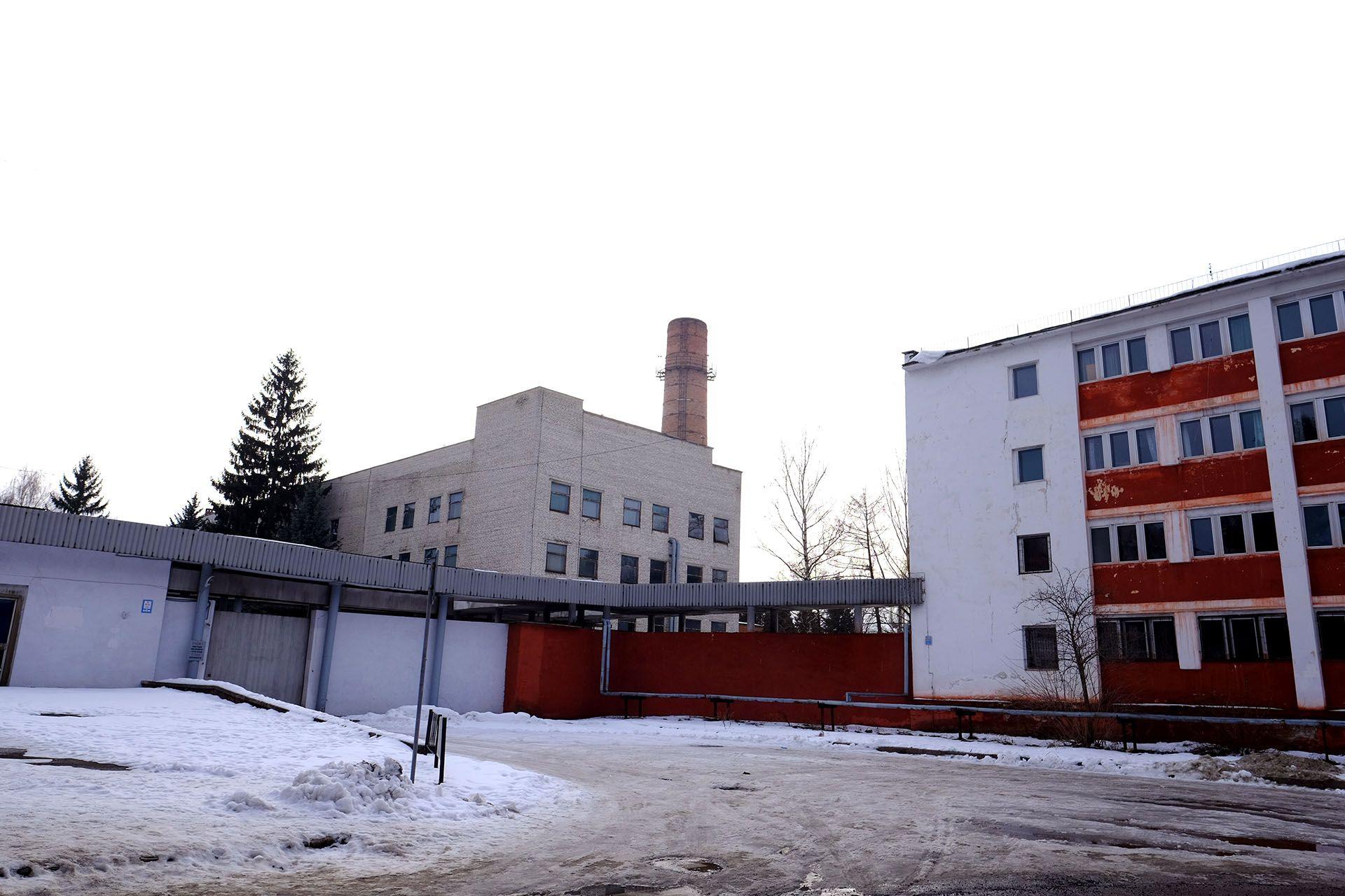Будинок, покритий снігом перед будівлею