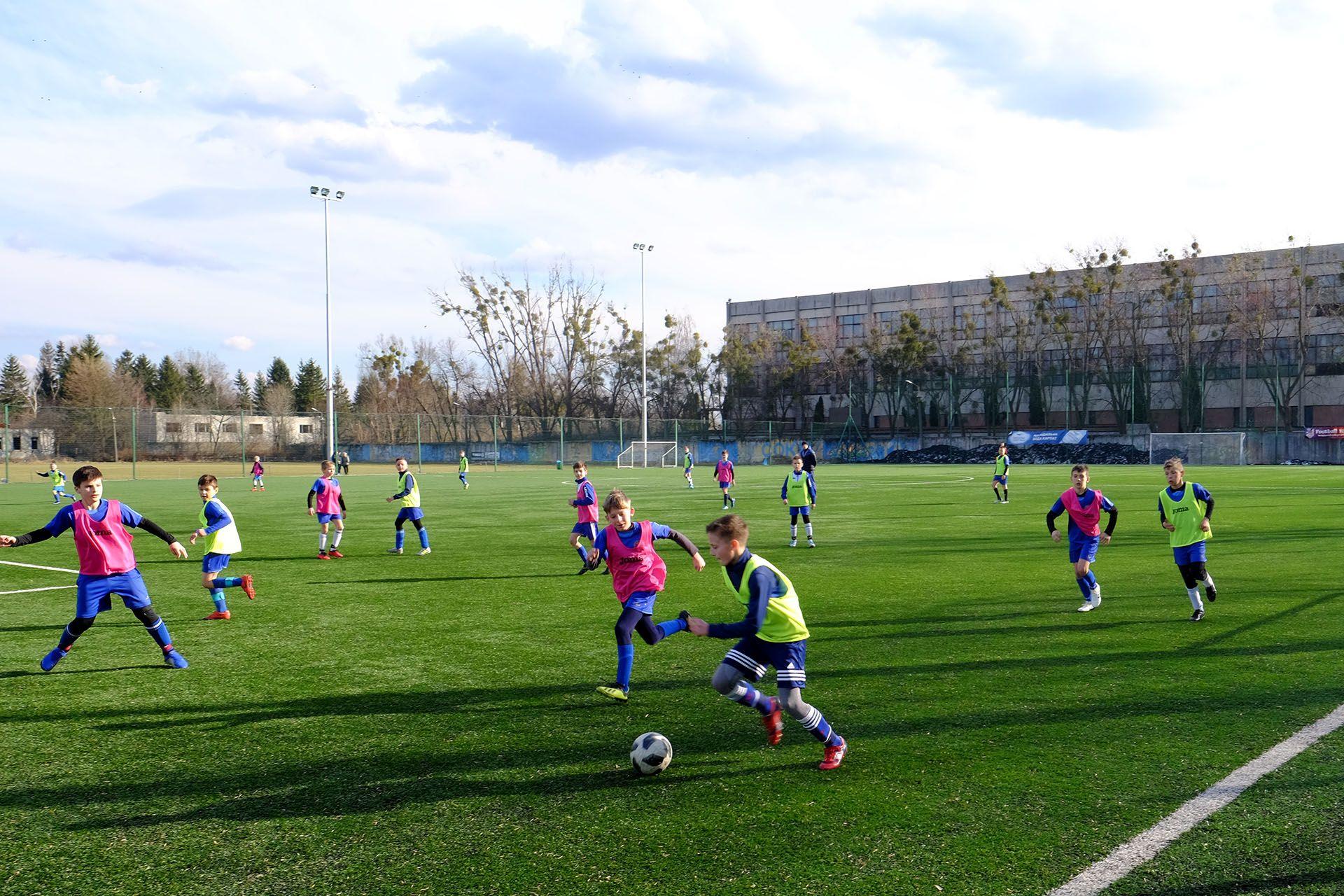 Діти грають в футбол