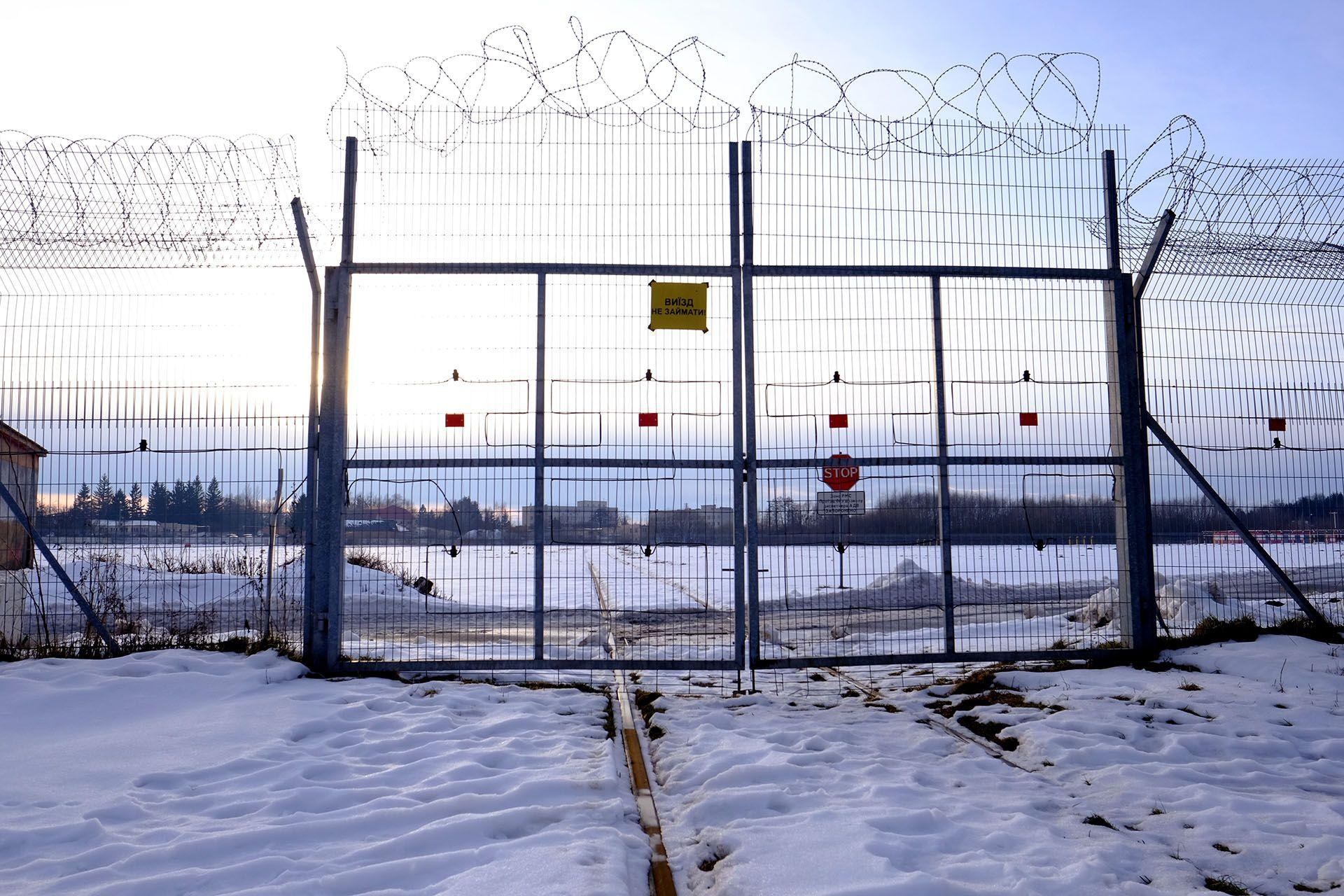 Залізнична колія через летовище аеропорту Львів