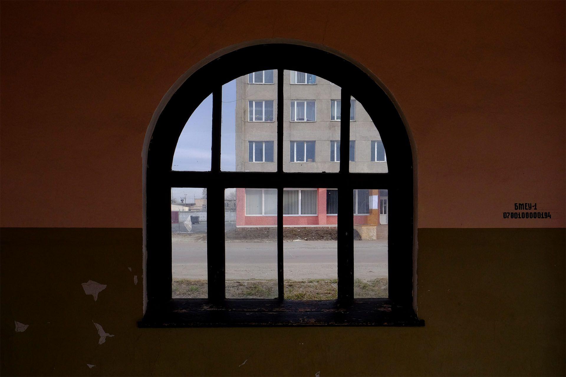 Велика цегляна споруда з вікном