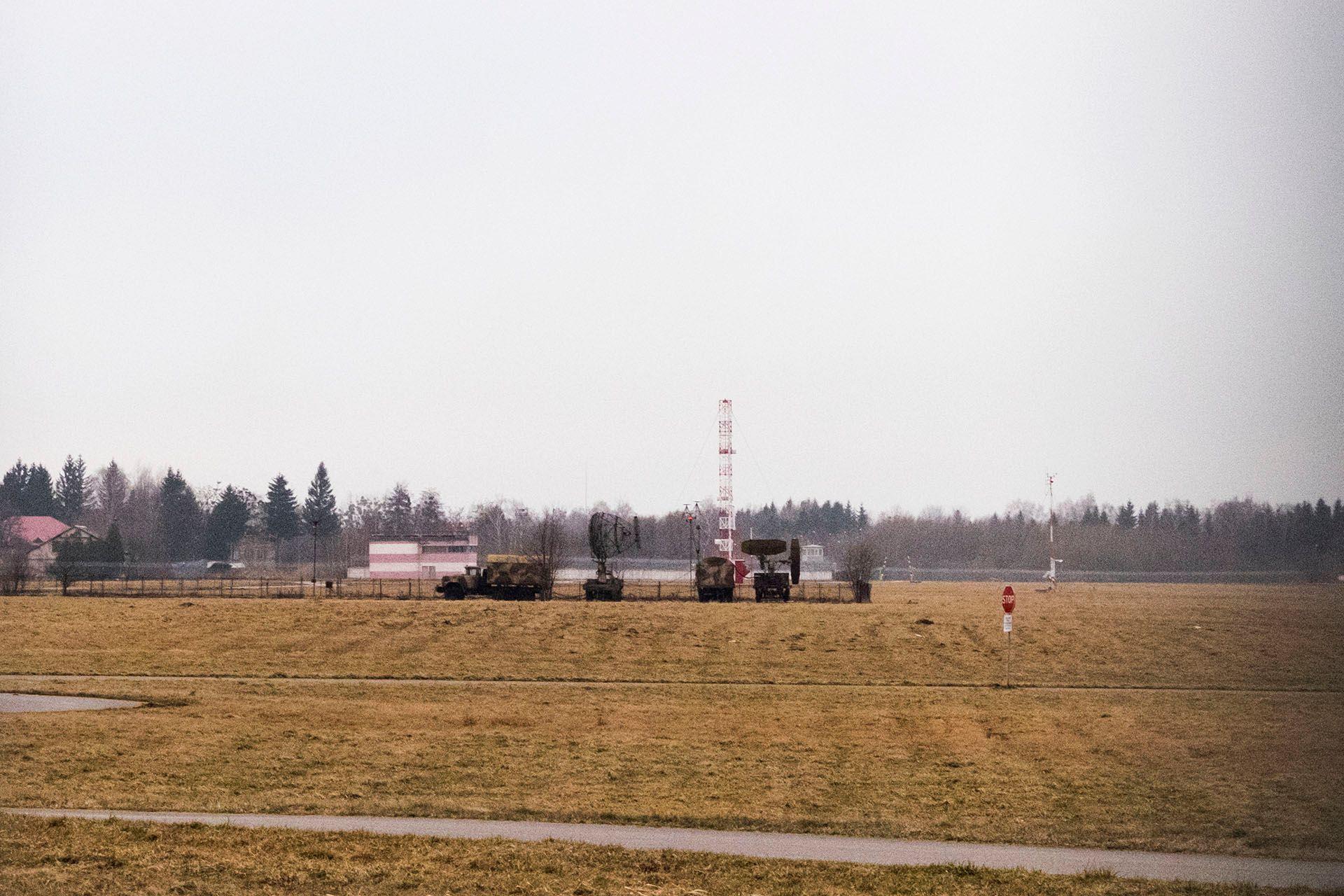Група чоловіків на полі